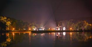 Scène de nuit de lac avec des moulins à vent photos libres de droits