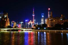 Scène de nuit de lujiazui de digue de Changhaï Photo stock