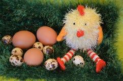 Scène de Pâques avec le poussin et les oeufs Photo stock