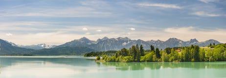 Scène de panorama en Bavière avec les montagnes et le lac d'alpes photographie stock libre de droits