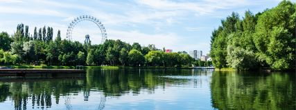 Scène de panorama de Moscou du centre avec le parc, les attractions et le lac verts photographie stock libre de droits
