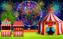 Scène de parc d'attractions avec la tente de cirque et le feu d'artifice Photographie stock