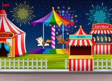 Scène de parc d'attractions avec la tente de cirque et le feu d'artifice Photographie stock libre de droits