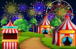 Scène de parc d'attractions avec la tente de cirque et le feu d'artifice Images stock