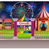 Scène de parc d'attractions avec la tente de cirque et le feu d'artifice Image libre de droits