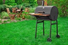 Scène de partie de gril de barbecue sur la pelouse dans l'arrière-cour Image stock
