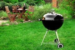 Scène de partie de gril de barbecue sur la pelouse dans l'arrière-cour Image libre de droits