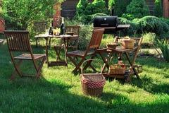 Scène de partie de gril de barbecue sur la pelouse dans l'arrière-cour Images stock