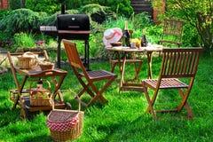 Scène de partie de gril de barbecue sur la pelouse dans l'arrière-cour Images libres de droits