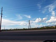 Scène de paysage obscurcie par des lignes électriques Photographie stock