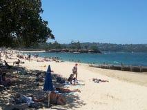 Scène de plage au Balmoral, une des nombreuses plages de port en Sydney Harbour, NSW, Australie photographie stock libre de droits
