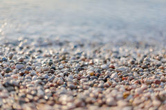 Scène de plage avec beaucoup de cailloux Image libre de droits
