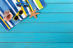 Scène de plage avec le decking bleu Images stock