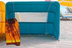 Scène de plage avec une tente de plage dans Miami Beach photographie stock libre de droits