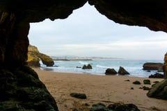 Scène de plage de Lagos, Portugal encadré par la caverne de roche photos stock