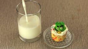 Scène de plan rapproché de petit gâteau délicieux avec un verre de lait clips vidéos