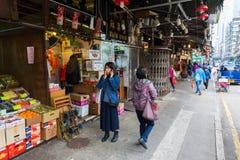 Scène de rue avec des boutiques dans Kowloon, Hong Kong Photos libres de droits