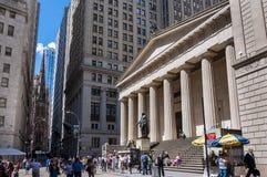 Scène de rue avec des personnes devant le Hall fédéral dans Wall Street, New York City images libres de droits