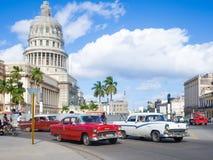 Scène de rue avec la vieille voiture américaine près du capitol de La Havane Images stock