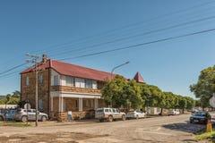 Scène de rue avec le bâtiment historique et les véhicules dans Ladybrand Photographie stock libre de droits