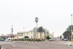 Scène de rue avec les bâtiments historiques et les voitures dans Swakopmund Image stock