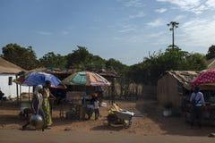 Scène de rue dans les périphéries de la ville du Bissau avec des marchands ambulants, en Guinée-Bissau photos libres de droits