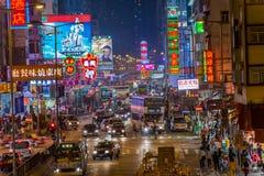 Scène de rue dans Mongkok. Rue colorée d'achats illuminée la nuit images stock