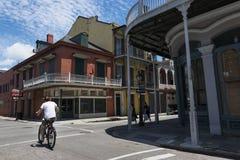 Scène de rue dans une rue du quartier français à la Nouvelle-Orléans, Louisiane images stock