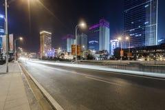 Scène de rue de bâtiment de ville et couche de surface à Wuhan la nuit Photographie stock