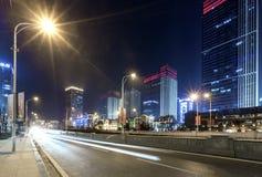 Scène de rue de bâtiment de ville et couche de surface à Wuhan la nuit Image stock