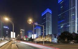 Scène de rue de bâtiment de ville et couche de surface à Wuhan la nuit Photos libres de droits