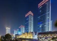 Scène de rue de bâtiment de ville et couche de surface à Wuhan la nuit Image libre de droits