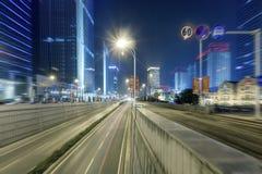 Scène de rue de bâtiment de ville et couche de surface à Wuhan la nuit Photographie stock libre de droits