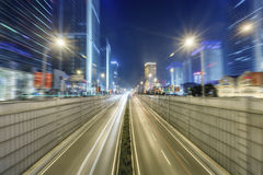 Scène de rue de bâtiment de ville et couche de surface à Wuhan la nuit Images libres de droits