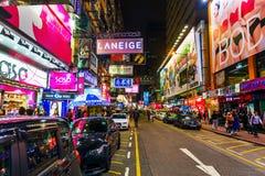 Scène de rue la nuit dans Kowloon, Hong Kong Photographie stock