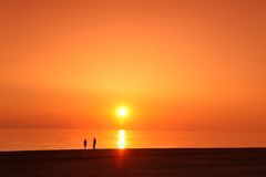 Scène de scape de mer coucher du soleil dans océan, océan de plage Photos libres de droits