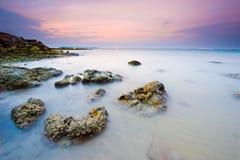 Scène de soirée avec le coucher du soleil sur la mer Photographie stock libre de droits
