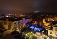 Scène de ville de nuit avec les lumières lumineuses colorées Photo stock