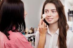 Scène des coulisses : Artiste de maquillage professionnel faisant le maquillage pour le yo Photographie stock libre de droits
