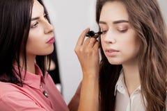 Scène des coulisses : Artiste de maquillage professionnel faisant le maquillage pour le yo Photos libres de droits