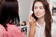 Scène des coulisses : Artiste de maquillage professionnel faisant le maquillage pour le yo Photo stock