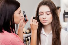 Scène des coulisses : Artiste de maquillage professionnel faisant le maquillage pour le yo Photos stock