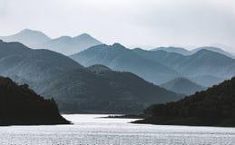 Scène dramatique des montagnes floues Photos libres de droits