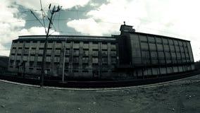 Scène dramatique des nuages dans le timelapse au-dessus du bâtiment d'entrepôt banque de vidéos