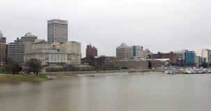 Scène du centre ville 4K du fleuve Mississippi et de Memphis banque de vidéos