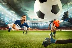 Scène du football avec les joueurs de football de concurrence au stade rendu 3d Images stock