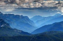Scène du nord de montagne de l'Italie avec la vallée de Piave en brume bleue image libre de droits