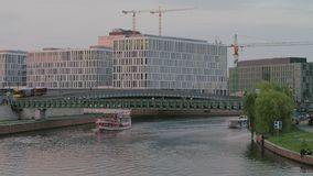 Scène du trafic de rivière de Berlin Spree au coucher du soleil banque de vidéos
