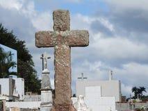 Sc?ne in een begraafplaats: close-up van een godsdienstig steenkruis stock foto