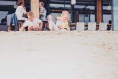Scène espiègle avec des enfants sur la plage Photos stock